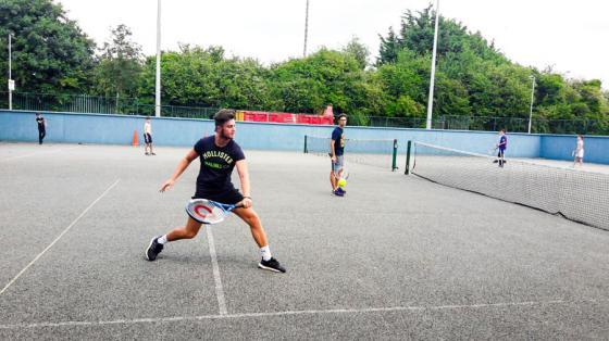 Irlandia gra w tenisa po lekcjii angielskiego