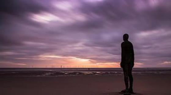 Plaża Crosby - wspólne wyjście uczniów szkoły angielskiego w Liverpool
